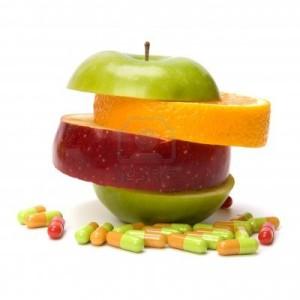 8282592-gemengde-gesneden-fruit-en-pillen-geafa-soleerd-op-witte-achtergrond[1]
